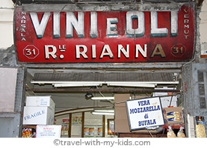 travel-naples-with-kids-store-vintage